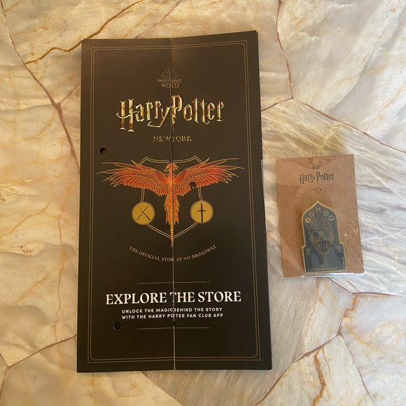 Harry Potter Hogwarts pin/guide book